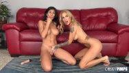 Gesturi tandre cu doua femei adorabile