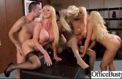 Grupul De Pizde Blonde Se Fut Cu Brutalitate Cu Un Singur Barbat